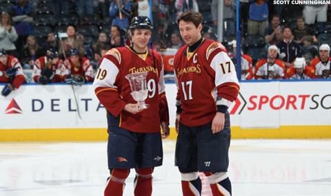 Марти Ризонер (слева) с призом лучшего игрока сезона по мнению одноклубников