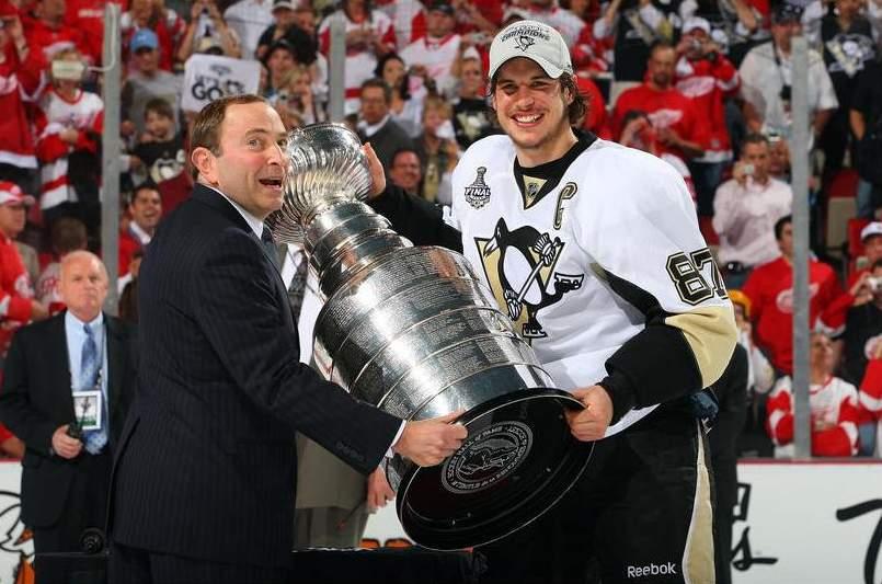 Сидни Кросби получает Кубок Стэнли из рук президента НХЛ Гари Бэтмана