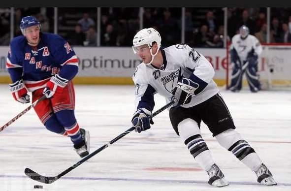 Брендон Боченски (на переднем плане) стал первым игроком в новом сезоне, сменившим НХЛ на КХЛ